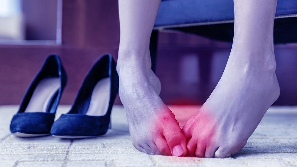 Пятки гладки, зато натоптыш между пальцами ног… (эксперт советует, как сберечь красивую походку)